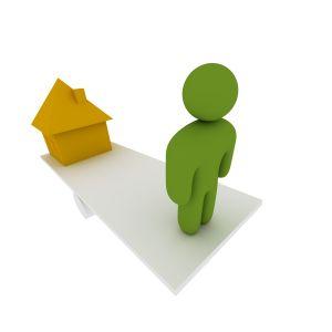 en mand står foran sit hus
